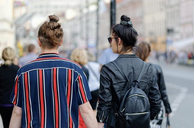 Mladý pár na ulici