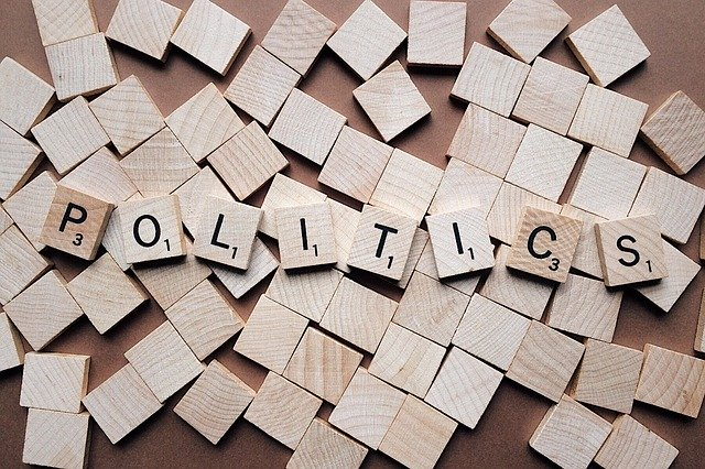 politika = politici v zákulisí