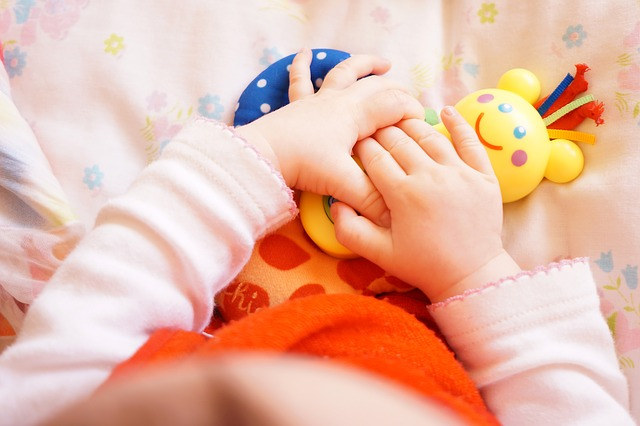 ruce miminka na hračce
